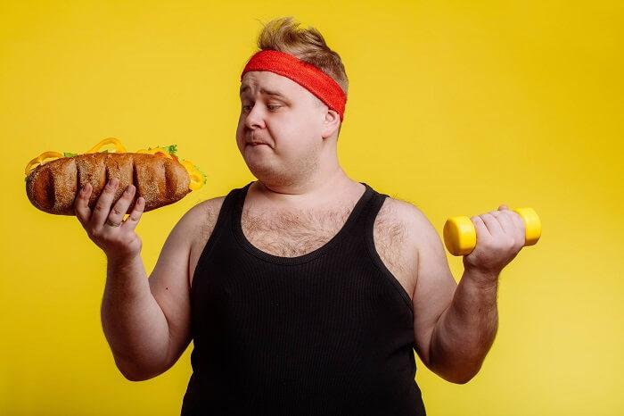 食べ物を見る太った男性