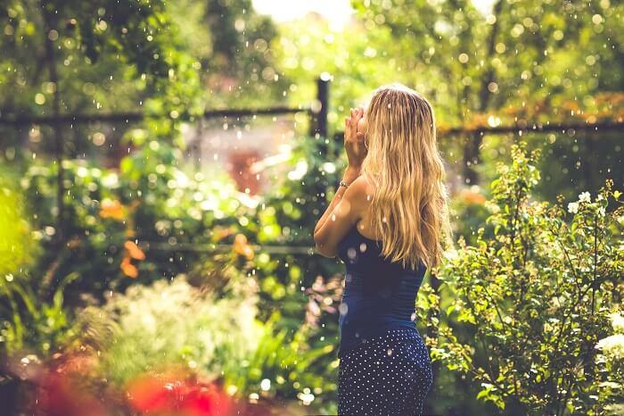 庭園にいる女性