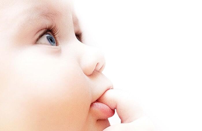 指をしゃぶる赤ちゃん