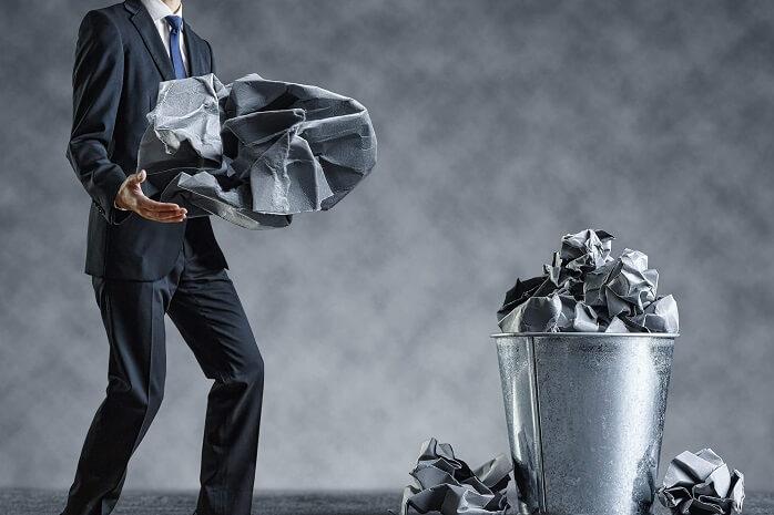 ゴミ箱にゴミを捨てる男性