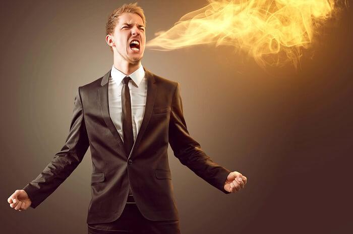 炎の息を吐く男性