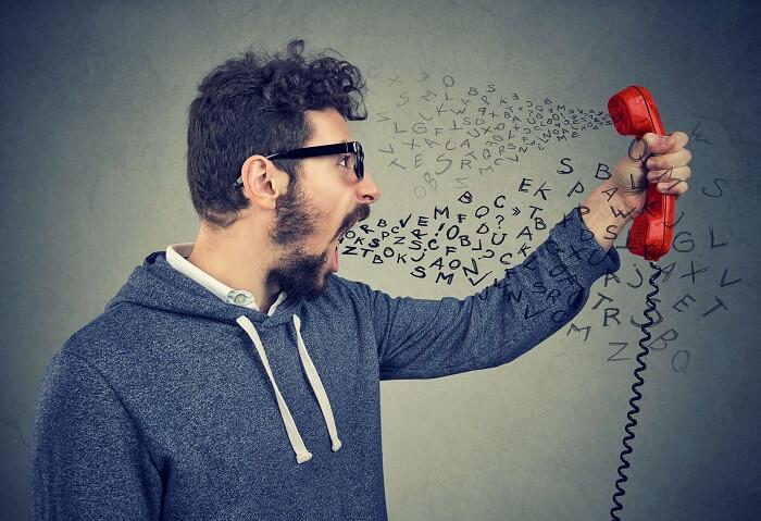 電話口の相手と言い合う男性