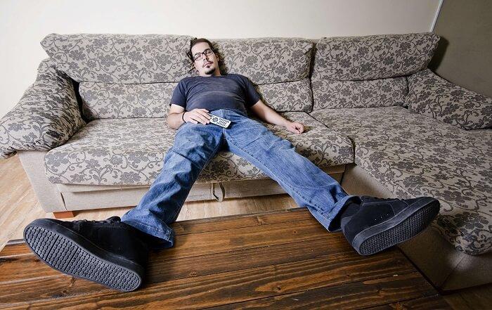 だらしなく寝そべる男性