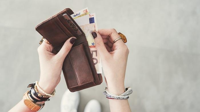 財布からお金を出す女性
