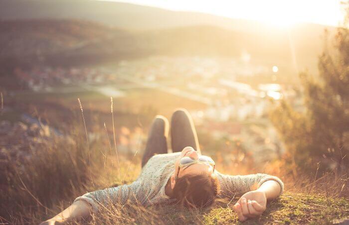 草原に寝転ぶ女性