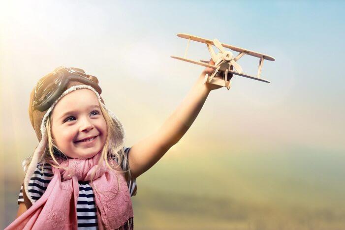 飛行機を飛ばす子ども