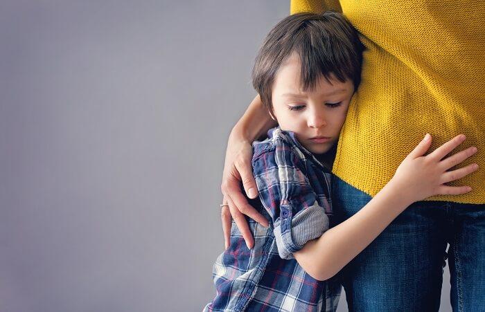 親に抱きつく男の子