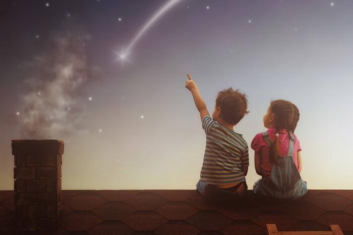 星空を見上げる子ども二人