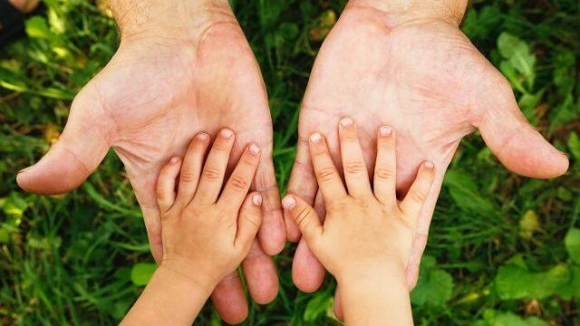 両手を添える親子