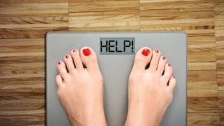 helpという文字が表示されている体重計