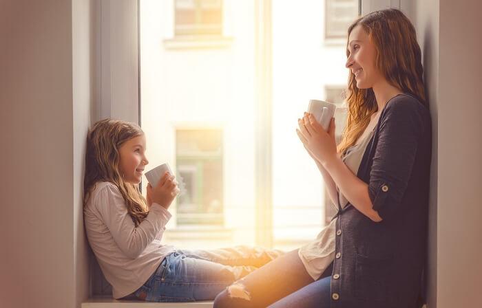 お茶を飲む親子