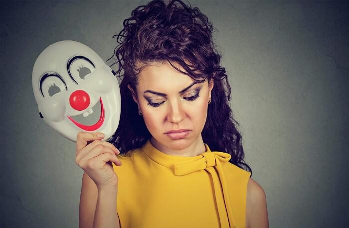 笑う仮面は外した女性