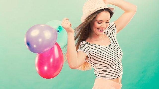 風船を持って喜ぶ女性