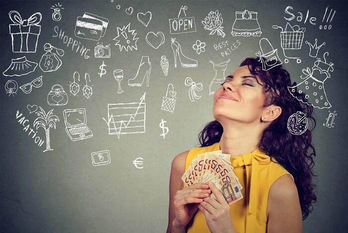 お金を持って買いたいものを想像する女性