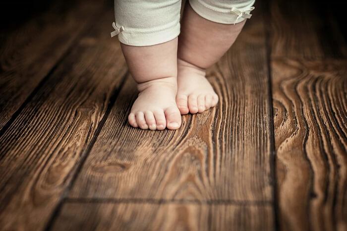 歩く赤ちゃんの足