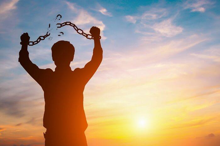 手の鎖を断ち切る男性