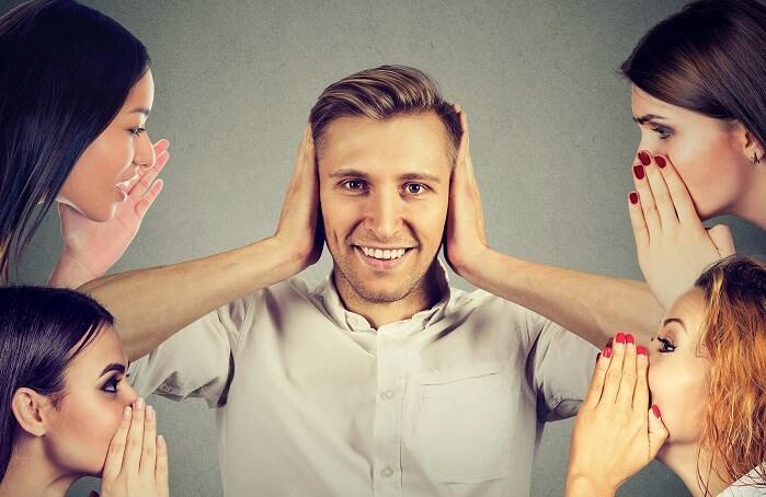 女性の声に耳を塞ぐ男性