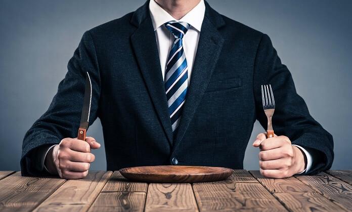 ナイフとフォークを持つサラリーマン