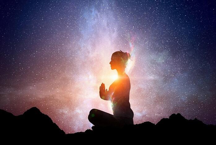 夜に瞑想をする女性