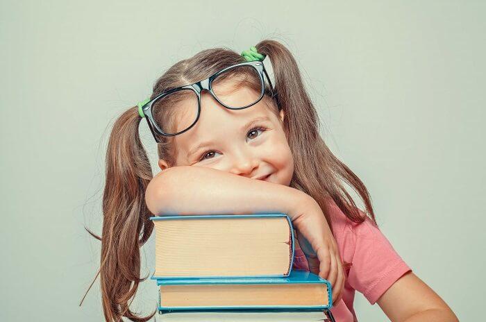 本にもたれかかる女の子
