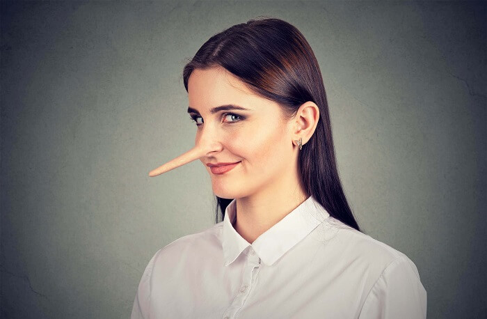 鼻が伸びている女性