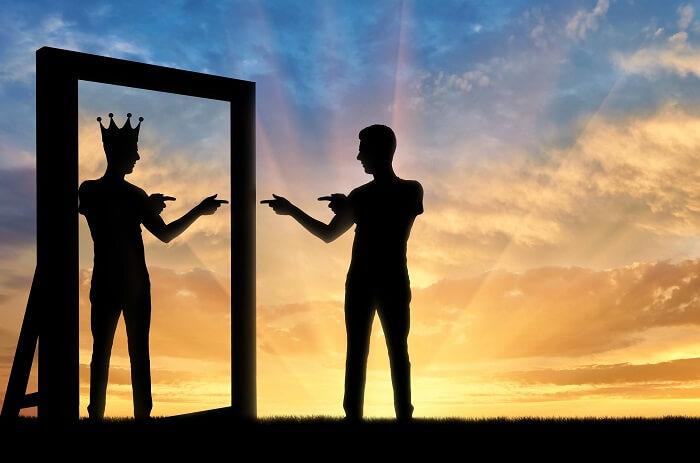 鏡に映るピエロと男性