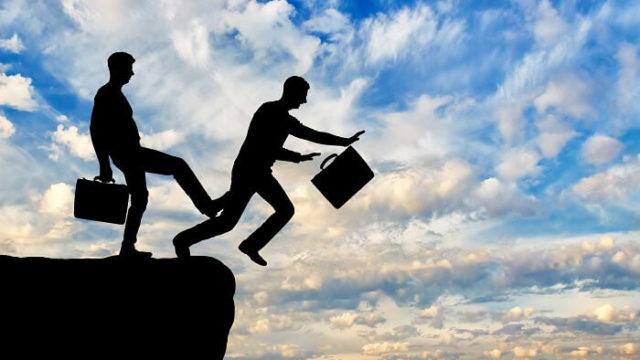 ビジネスマンを崖から突き落とすビジネスマン