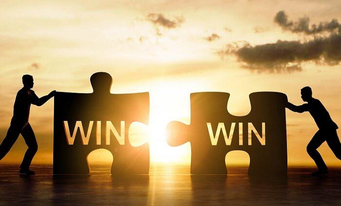 win-winと書かれたパズルをはめる二人の人物