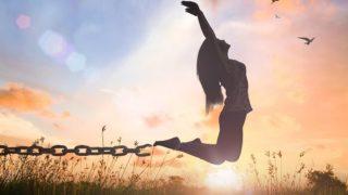 鎖を外してジャンプする女性