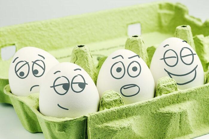 顔が書かれた卵