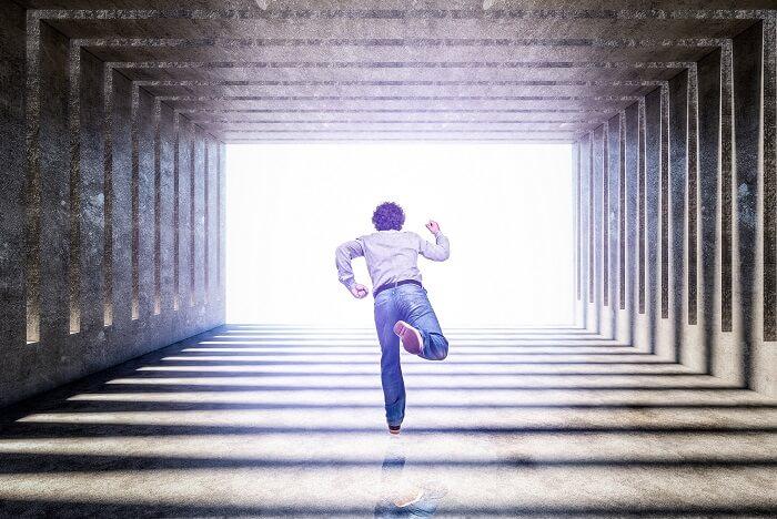 逃げる男性