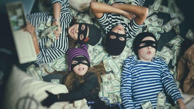 お金を盗む子どもたち