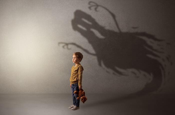 影がおばけになっている子供