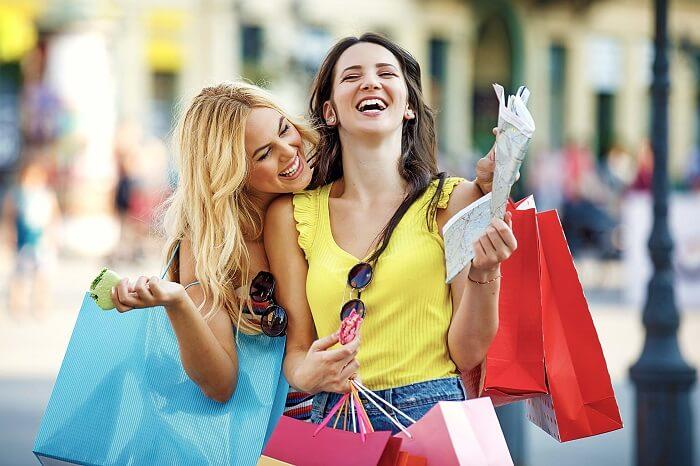ショッピングをする女性二人