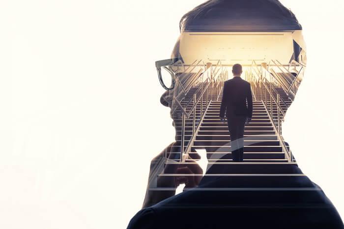 階段をのぼる自分を思い出す男性