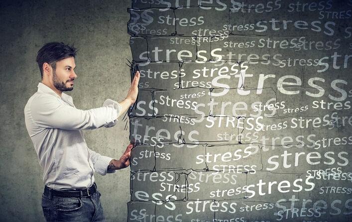 ストレスを押す男性