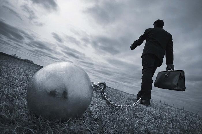 鉄球に鎖で繋がっている男性