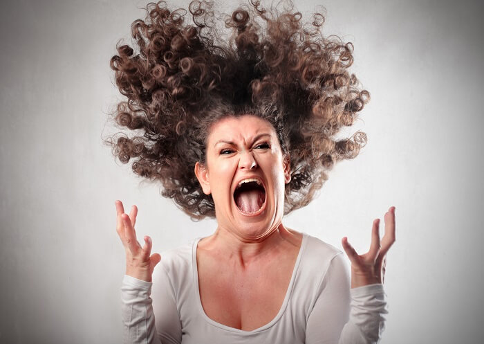 怒りで叫ぶ女性