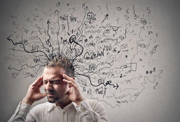 頭痛を抱える男性