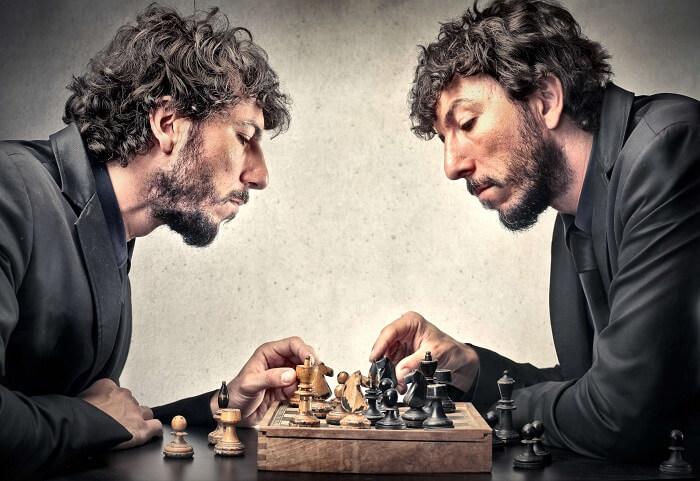 チェスをするそっくりな男性