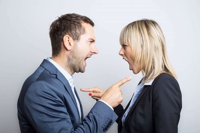 口喧嘩する男女