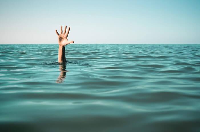 溺れそうになって水面から手を出している様子