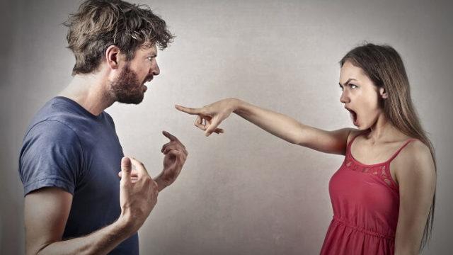 口喧嘩をするカップル