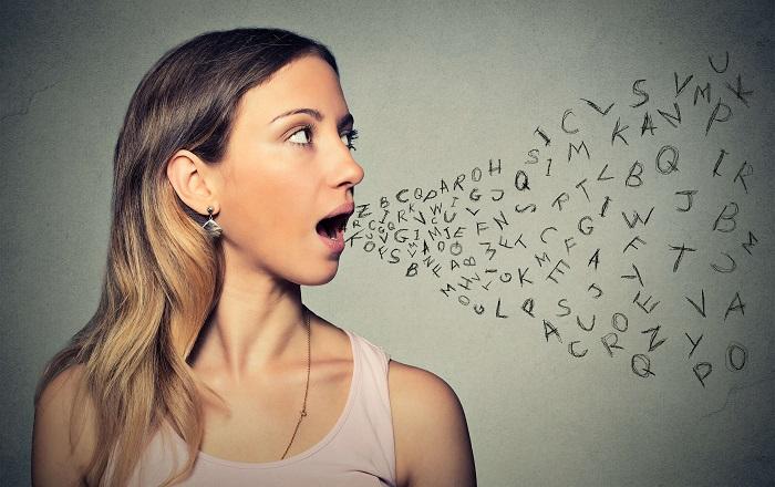 言葉を発する女性