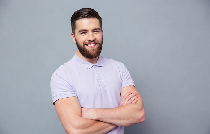 腕を組んだ笑う男性