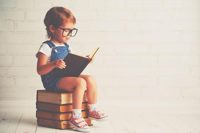 本を読むメガネをかけた子ども