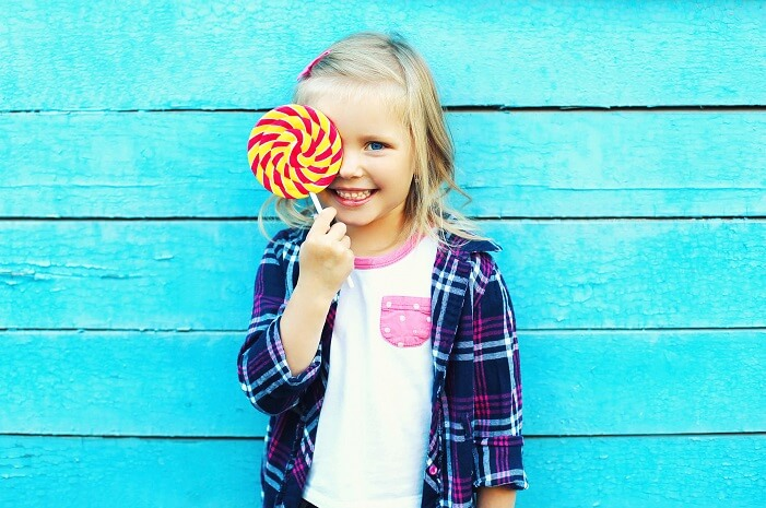 キャンディを持つ女の子
