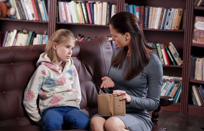子どもを問い詰める母親