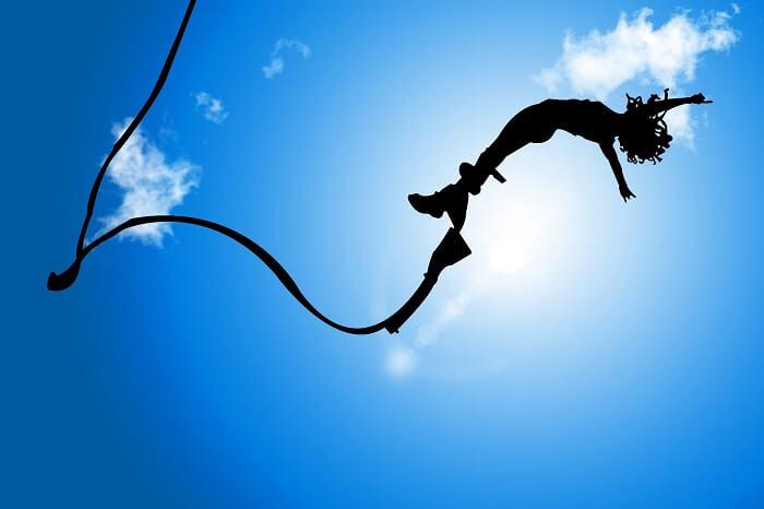バンジージャンプを飛ぶ人