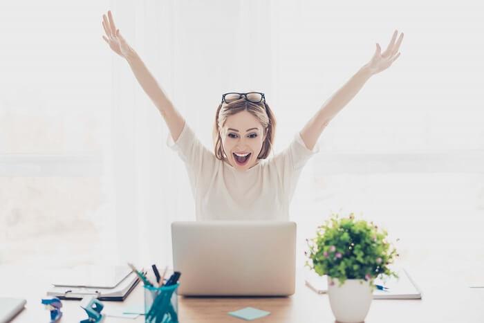 PCを見て喜ぶ女性
